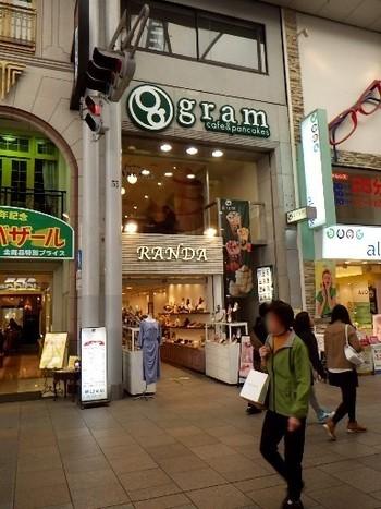 「本通」電停から少し入ったところにある広島本通商店街(本通り)の中ほどにあるのが、パンケーキ専門店「gram(グラム) 広島店」。全国展開している人気チェーン店で、広島にあるのはこちらの一店舗のみ。広島の中心エリア「紙屋町~立町~八丁堀」をつなぐ本通りにあるため、観光やお買い物時、気軽に立ち寄りやすいですよ。  小さなビルの2階にあるため、つい通り過ぎてしまいがちですので、ご注意を。行列ができていたら、おそらくgramです◎