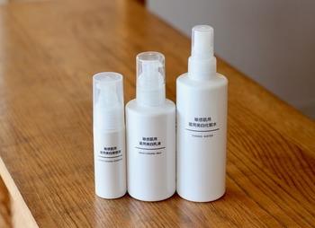 洗顔後の基礎化粧品を使った保湿ケアは、毎日続けたいお手入れです。高価な化粧品でなくても良いので、たっぷりと使えるコスパの良い化粧水や乳液で肌を整えましょう。