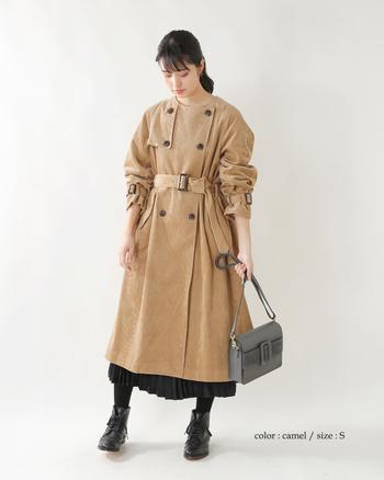 ノーカラーの首元が上品な、コーデュロイロングタックトレンチコート。ショートブーツやプリーツスカートとも合わせやすく、フェミニンな雰囲気のトレンチが欲しい方にオススメです。