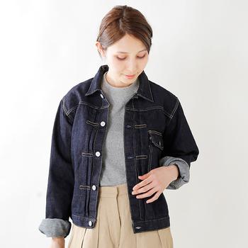 今季はデニムジャケットも、オーバーサイズのデザインが旬!Tシャツとスカートの上からゆったり着こなして、リラックス感をプラスしましょう。
