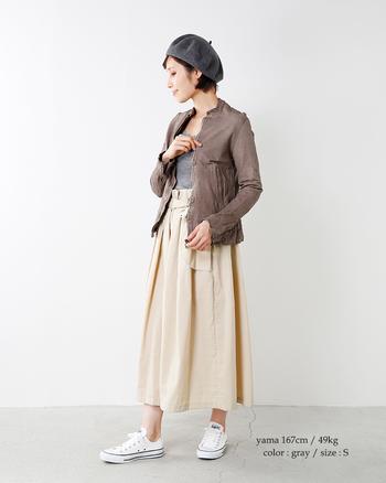 ロングスカートとも合わせやすい、上品なブラウンカラーのレザーライダースジャケット。パンツスタイルからシンプルなワンピースまで着まわしの効く美しいデザインの秋アウターです。