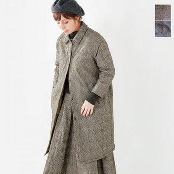 大人の女性だからこそ美しく着こなせるロングライトコートも、秋の涼しい季節から冬の始まりを繋いでくれる便利なアイテム。今年はオーバーサイズのライトコートも多く出回っています。