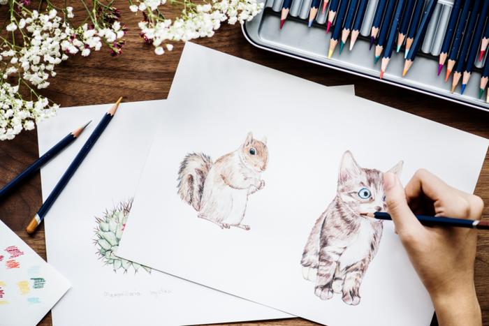 手帳やノートに面と向かうと、ペンを持った手が止まるという経験はないでしょうか。そんなときは、A4用紙を使うのがおすすめ。真っ白なキャンバスに自由に絵を描くように、頭の中の言葉を自由に書いてOKです。言葉を線でつないだり、記号で分類したり、イラストを描いてもいいでしょう。書き終わったら、簡単に要点をまとめ、手帳やノートに貼り付けます。