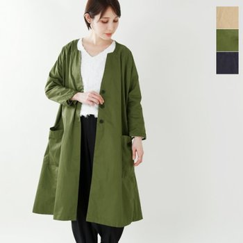 深みのあるグリーンが美しいラグランスリーブのノーカラーコート。ブラウス&パンツのモノトーンコーデに、彩りを添えてくれます。