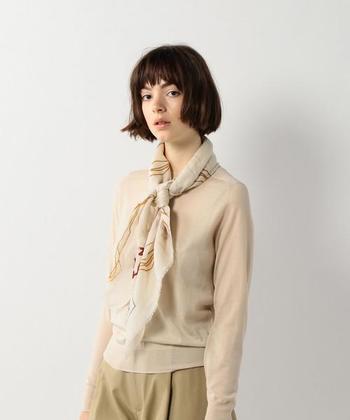 強い女性のエレガンスさがテーマの<LINEA GERMANIA>。柔らかなベージュトーンに繊細な模様が施されているこちらのスカーフは、同じトーンのお洋服と合わせると洗練された印象になります。