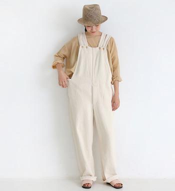 季節を問わずに活躍するオーバーオールですが、シンプルな白Tシャツなどの合わせるだけではちょっぴり子どもっぽい雰囲気になってしまうことも。ぜひ大人コーデのコツを掴んで、オーバーオールをデイリーに着回してみてくださいね♪