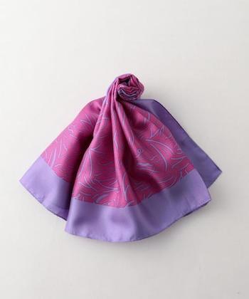 いかがでしたか?同じスカーフでも色柄だけではなく、素材やサイズの違いで雰囲気が変わるので、何枚持っていても嬉しいのがスカーフ。これからの季節はいつものスタイリングにスカーフを+して、大人のおしゃれを楽しんでみませんか?