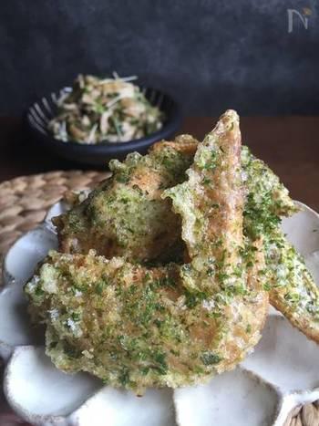 青海苔と生姜が決め手の手羽先唐揚げ。磯の香りとカリカリとした歯ごたえがクセになるおいしさです。こちらのレシピには、からあげをパリっと揚げるコツが書いてあるのでぜひ見てみてくださいね。