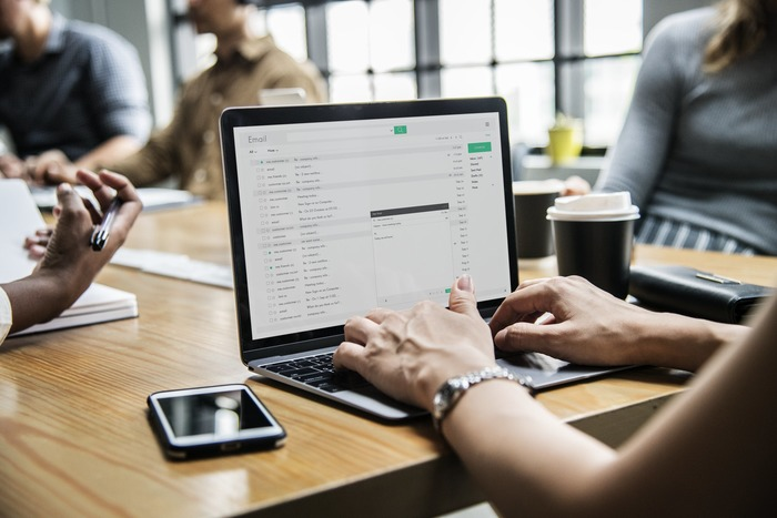 メールや書類などは関連フォルダを作ってすぐに整理すること。重要性や緊急性がわかるようにチェックを入れておいたり、フォルダの名前や順番を変えたりして工夫を。