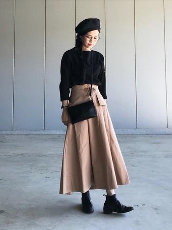 ふんわりとしたくすみベージュのハイウエストスカートが印象的なスタイル。秋小物のベレー帽を取り入れてみたり、スカート以外を全て黒でまとめると統一感が出てオシャレ度UP♪