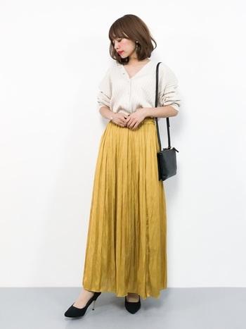 白のカーディガンに、ベイクドイエローのプリーツスカートを合わせて。とろみ素材ならオフィスでも浮かずにすっきりと着こなせます。上品可愛いスタイルで周囲の人の気分も上がりそう♪  スカートのウエストはこう見えてゴム仕様。調子の悪くなりがちな月曜日は、楽ちんに着こなせる洋服を選ぶのがベストです。