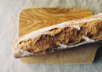 フランスパンは名前の通り、フランスのパリで生まれたパリ発祥のパンで、小麦粉、水、塩、そしてイーストで作られたパンのこと。卵やバターが使われていないっていうのは驚きですね。そしてフランスパンの特徴は、外側がパリっと固く、中には気泡が入りしっとりした食感が印象的で、食事を選ばず世界の人々から愛され続けています。