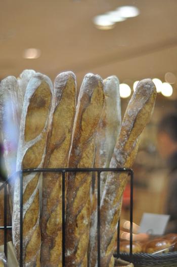 今回はこの「フランスパン」に焦点を当てて、フランスパンの由来や種類、美味しいくいただくための保存方法、そしてとっても美味しいフランスパンが買えるお店や自分で作るフランスパンのレシピをご紹介したいと思います。