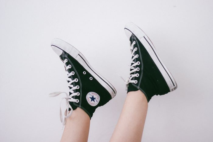 そんなスニーカーのローカットとハイカット、丈が違うとどちらを合わせるとより良いのか、迷うことはありませんか?ちょっとしたことですが、意外と印象が左右されるので気になってしまいますよね。今回はお洒落コーデを基に、その合わせ方のベストバランスを探っていきます。ぜひお気に入りの履き方を見つけて下さいね!