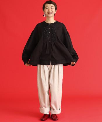 ブラックのふんわりブラウスは、ゆったりとしたストレートパンツで飾らない着こなしに。シューズは深みのあるレッドにして差し色をプラス!