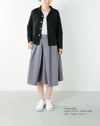 ボーダーにライトグレーのスカート。それだけだと「ちょっと夏っぽいかな?」という気がするけれど、ブラックのシャツがあれば秋らしい仕上がりに。