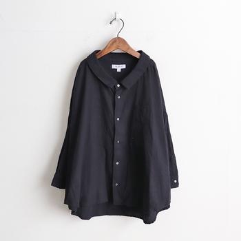 ホワイト系を選びがちなシャツやブラウス。たまにはブラックをセレクトして、着こなしを新鮮に塗り替えてみるのはいかが?