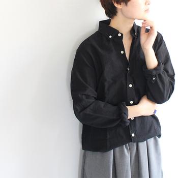 装いをクラシカルに導くブラックのシャツとブラウス。いつものボトムとコーディネートするだけで、簡単に秋らしい着こなしをつくることができます。お手軽に季節感を演出したいという方は、ぜひ取り入れてみてくださいね♪