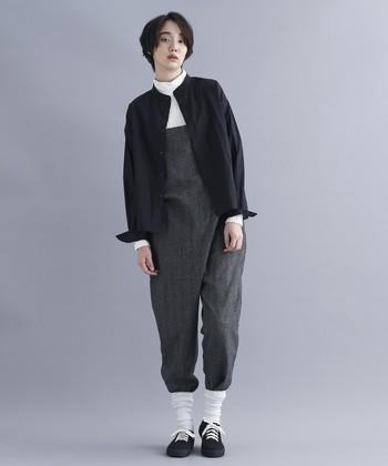 首元、足元、袖口にホワイトを散らし、ダークトーンのスタイルに軽さ出し。シャツのカフス部分を折ったり、ソックスにパンツの裾を入れこんだり…ひねりのあるおしゃれテクニックはぜひ真似したいところ♪