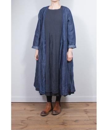 こちらはリボンを結ばずに、羽織として使用したコーディネート例です。これからの季節は、ワンピースとのおしゃれなレイヤードスタイルも見逃せません。ワイドパンツやスカートなどのアイテムに合わせながら、色々な着こなし方を楽しんでみてはいかがでしょうか。