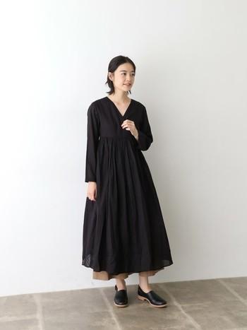 こちらはシックなブラックのカシュクールワンピースに、ベージュのワイドパンツを組み合わせた女性らしいスタイルです。上品で洗練された着こなしは、デイリーはもちろんのこと、これからの季節のお出かけシーンにもぜひおすすめですよ。
