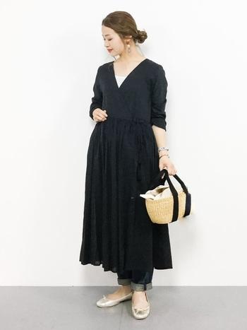 こちらのコーディネートは、バレエシューズとかごバッグを合わせた女性らしい着こなしが素敵です。ダークトーンでまとめたシックな装いは、これからの季節にぜひおすすめですよ。
