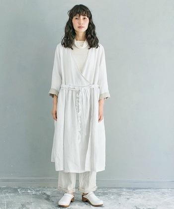 トップスから足元まで全身白でまとめた「オールホワイト」は、清楚で女性らしい印象に見せてくれます。白一色の上品なカラーがワンランク上のスタイルを叶えてくれるので、特別なお出かけシーンにもぜひおすすめですよ。