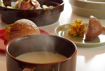 同シリーズには食器もあるので、テーブルコーディネートを楽しむこともできます。また癖のないデザインなので、手持ちの食器と組み合わせてもすんなり馴染んでくれそう。