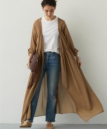 大人っぽい印象で着こなせる「ベージュ」や「ブラウン」のカシュクールワンピース。デニムやスカートなど、どんなアイテムとも合わせやすいベーシックカラーなので、これからの季節に一枚持っておくと便利ですよ。