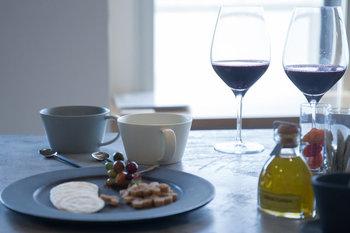 ニュートラルな雰囲気を持つ器だから、和食器にも、洋食器にも似合います。シックな秋冬のデーブルに積極的に使いたい質感です。