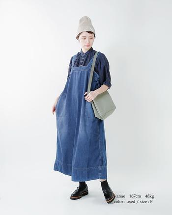 こなれ感を狙うなら、ちょうどいい色落ちデニムのジャンパースカートがおすすめ。下には藍色のシャツを忍ばせて、上級なブルーのワントーンを満喫♪足元はつやのあるレザーローファーで秋らしく。
