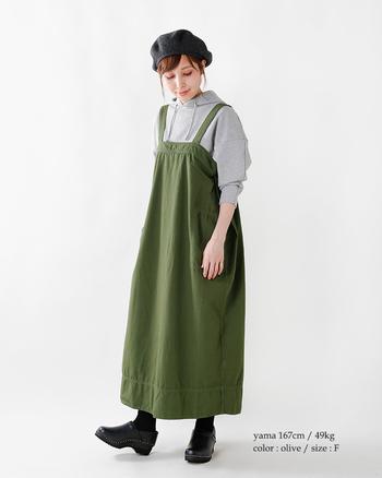 グレーのパーカーを仕込み、ジャンパースカートをカジュアルに味つけ。小物はベレー帽とぽっくりとしたスリッポンで愛らしく♪