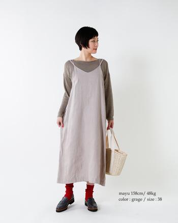 薄っすらピンクがかったようなグレージュのジャンパースカートは、曖昧カラーのプルオーバーでさらにニュアンスたっぷりに。ソックスにはあえてのレッドを選び、意外性のあるカラーブロックを叶えて。