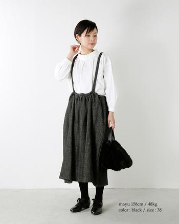 裾の揺れ感が女性らしいジャンパースカートは、肩ストラップがコーディネートのポイントになって◎。ふわふわのバッグで手元におしゃれな季節感を。