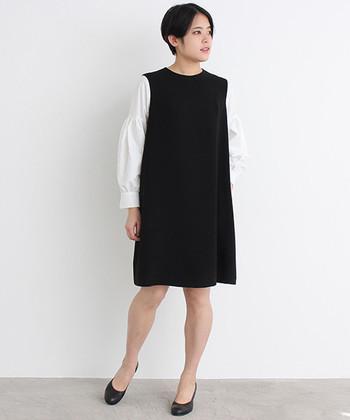 漆黒のジャンパースカートと真っ白なシャツで組み立てた、無駄のないモノトーンルック。キュッと狭めのネックラインと、すとんとしたボックスシルエットが今っぽい♪シューズは定番のパンプスで、装いのクラシカルなムードを引き継いで。