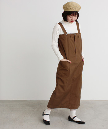 一歩間違えると地味になってしまうブラウンのジャンパースカート。ホワイトを多めに使えば、爽やかかつ初々しい雰囲気で着こなせます。丸みのある帽子とストラップシューズでガーリー感を後押し♪