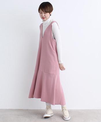 ありそうでなかなか見つけられない、淡いピンクのジャンパースカート。他のアイテムはホワイトでまとめ、その微糖な色合いをしっかり引き立たせたい。