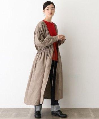 こちらのようにデニムを合わせたカジュアルな装いでも、ラフになりすぎず、上品に着こなせるのもカシュクールワンピースならではの魅力です。