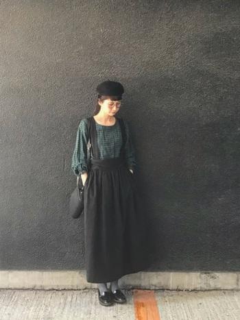 センスの高さがうかがえる、モスグリーンとブラックの着こなし。ダークな色使いが、まさに今の季節にぴったり!ポスッと被った帽子とローファーでグッドガール風に。