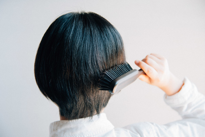 タオルドライをしたあと、ドライヤーをかける前にブラッシングしてあげましょう。髪の毛が絡まないように目の粗いブラシを使い、前髪をまっすぐと下方向にブラッシング。毛が絡みにくくなるので乾かしやすくなり、ダメージを受けにくくなります。