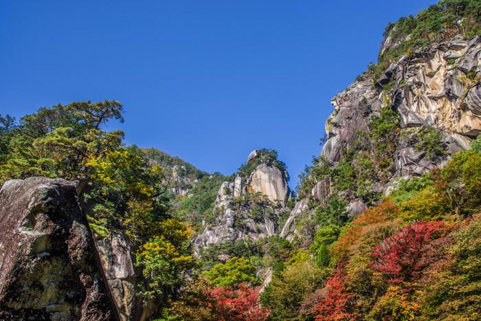 昇仙峡の主峰「覚円峰」は、僧侶覚円が頂上で修行したのが由来とされています。切立った花崗岩の岩肌が美しいですね。秋の深まりとともに色を変えていく紅葉も楽しめますし、雪化粧した「覚円峰」もまた趣深く美しい表情を見せてくれます。