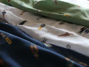 イギリスの偉人達「グレートマンズ」がプリントされた可愛らしいスカーフ。こちらもコットン素材、大判サイズなので年中通して活躍しそうです。