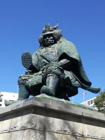 甲府駅南口では、甲斐の国が誇る戦国武将・武田信玄が迎えてくれます。凛々しいお姿は、一度お会いしておきたいですね。