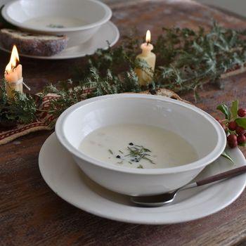肌寒くなってくると、ありがたいのが温かいスープ。いつものお皿でもいいけれど、たまにはお皿を新調してスープの魅力を再発見してみましょう。