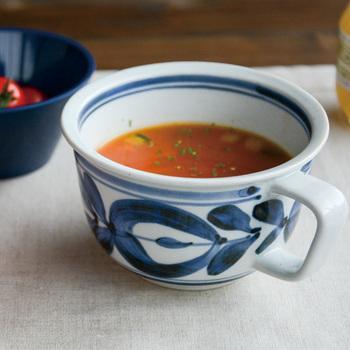 広い口と大き目の取っ手が使いやすそうな波佐見焼のスープカップ。気どらない、毎日使いに丁度いいスープカップです。