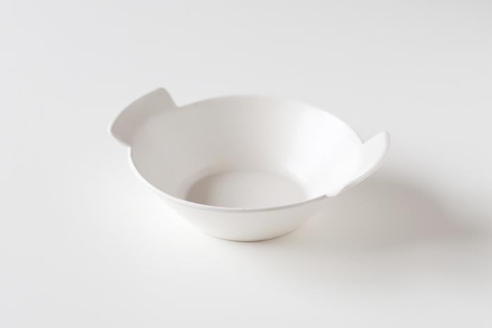 白くて直線的なデザインのスープカップ。スタイリッシュにも見えますが、大きく取りつけられたハンドルが何だか可愛らしい。