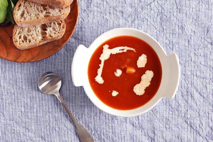 スープを入れた時のコントラストが映えるのが、白い器の良い所。大き目のハンドルもキュートで、熱いスープを運ぶのにも便利そう。