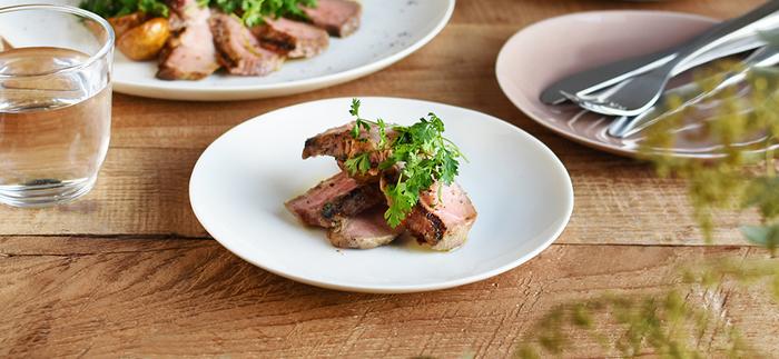手仕事で作られる「kinto」のテテシリーズのプレートは、やわらかでなめらかな質感がとても素敵な一枚です。 シンプルながら表情豊かなプレートは、どんなお料理も引き立ててくれます。