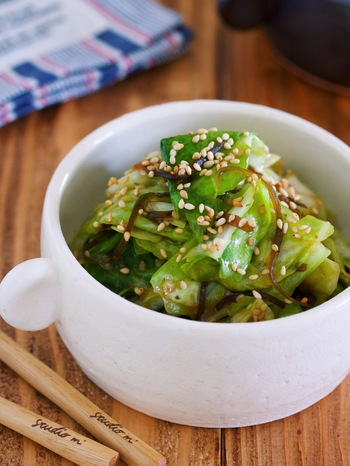 塩昆布の旨味×梅の酸味が絶妙な一品◎キャベツがいっぱい余っていたらチャンス!包丁を出さずに3分で完成するスピードレシピです。