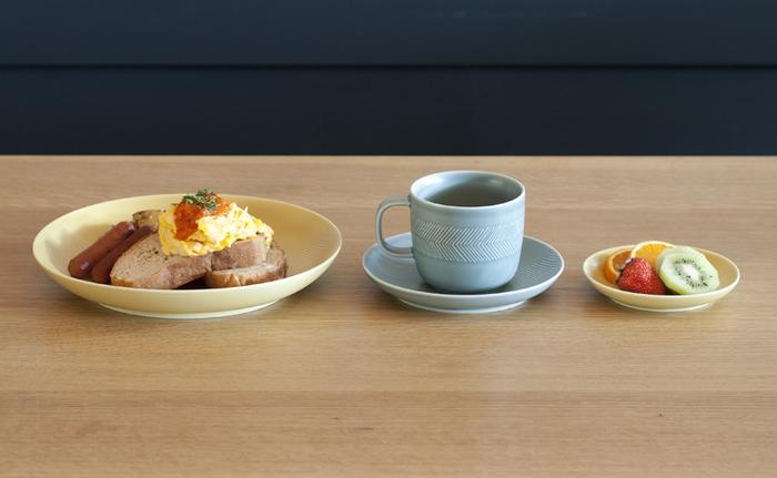 やわらかでナチュラルな色合いの器は、和食にも洋食にもよく合います。食卓を優しくやわらかに彩ってくれます。